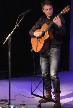 Der deutschsprachige Songwriter Ulrich Zehfuß bei seinem Auftritt beim Speyerer Liederfest 2015.